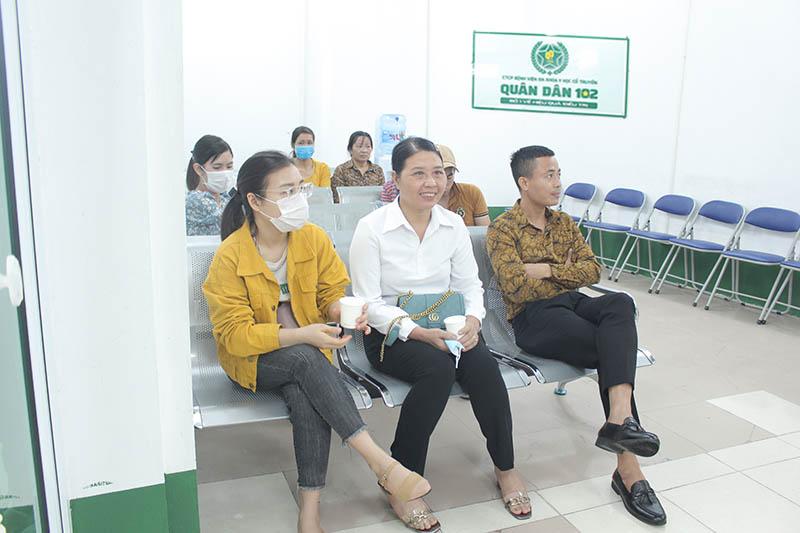 Bệnh nhân ngồi gần kín phòng chờ tại Bệnh viện Tai Mũi Họng Quân Dân 102