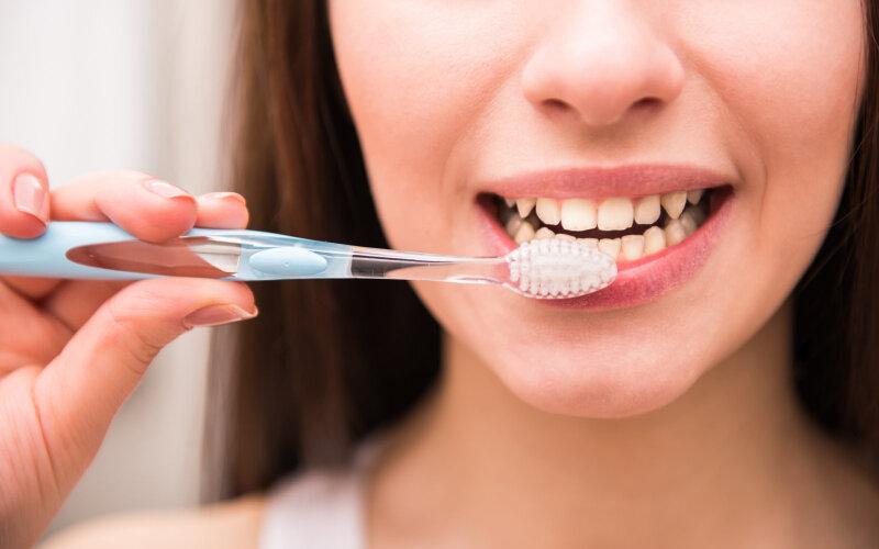 Vệ sinh răng miệng kém tạo điều kiện cho vi khuẩn phát triển gây mùi hôi trong miệng