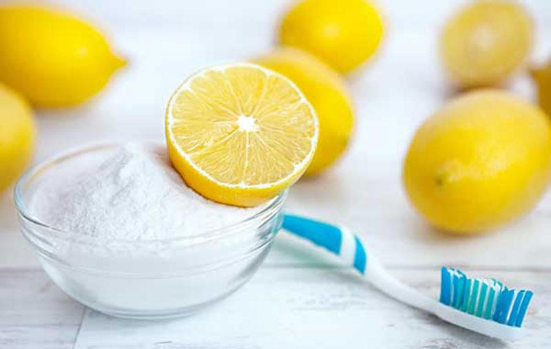 Chanh và muối sẽ tiêu diệt vi khuẩn, loại bỏ các mảng bám trên răng gây mùi