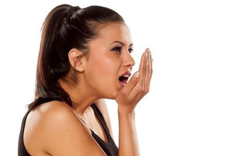 Người bị hôi miệng sẽ phát ra mùi hôi rất khó chịu khi thở hoặc khi nói bằng miệng