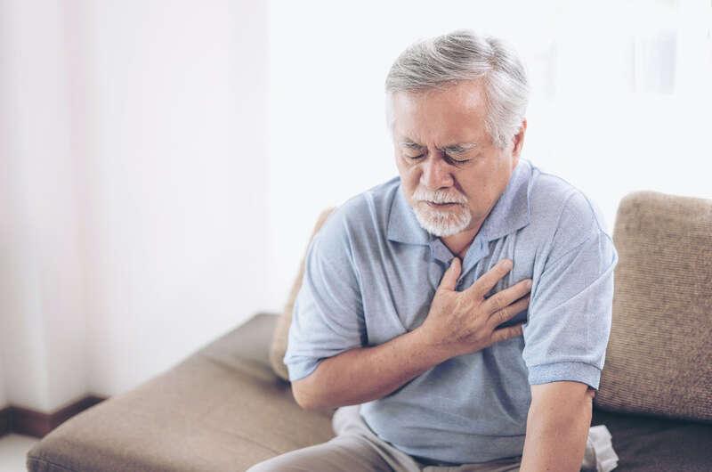 Nguyên nhân gây ra tình trạng hít thở khó khăn có thể do viêm phổi