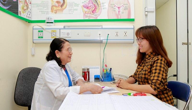 Phụ nữ sau sinh bị viêm đường tiết niệu nên tham khảo ý kiến bác sĩ
