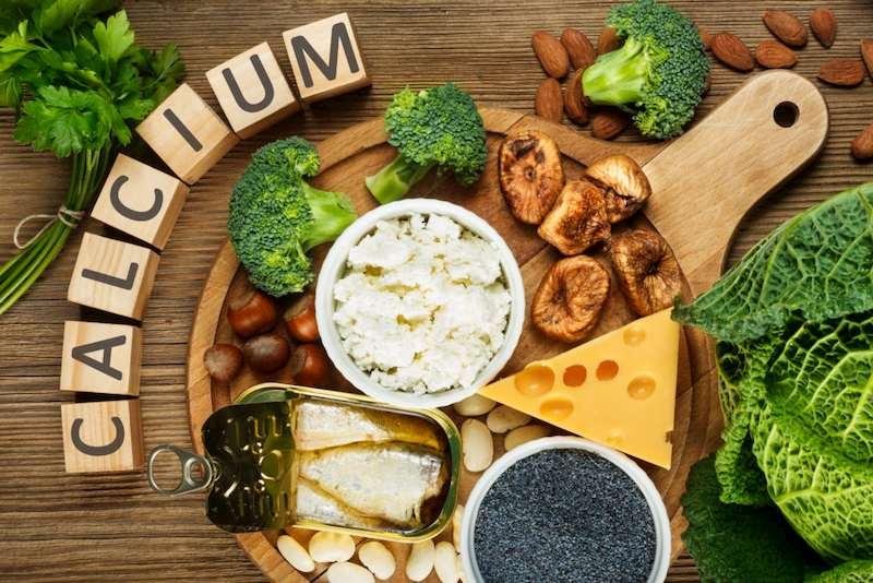Bệnh nhân có thể bổ sung canxi trong thực phẩm như: Sữa, phomai, các loại cá biển,...