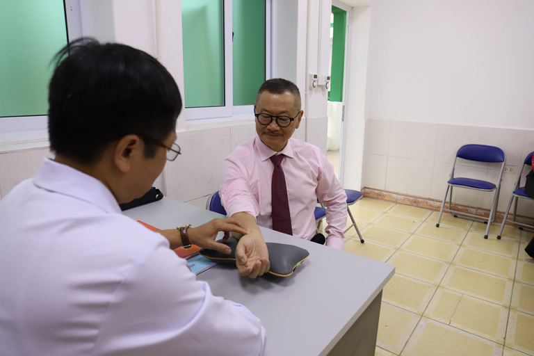 Nghệ sĩ Trần Đức kiểm tra lại sức khỏe tại Bệnh viện Xương Khớp Quân Dân 102