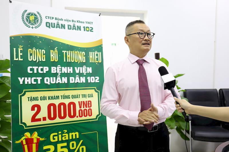 Nghệ sĩ Trần Đức vui mừng đến tham dự lễ khai trương Bệnh viện YHCT Xương khớp Quân Dân 102 (đi lên từ Trung tâm Thừa kế & Ứng dụng Đông y Việt Nam)