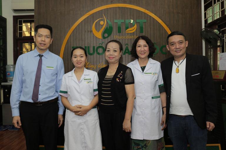 Nghệ sĩ Thu Hà và NS Chiến Thắng điều trị tại Trung tâm Thuốc dân tộc