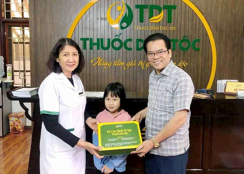 NSND Trần Nhượng và cháu gái sau khi điều trị khỏi bệnh tại Trung tâm Thuốc dân tộc