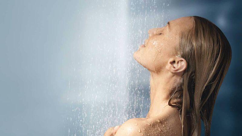 Người bị eczema không nên tắm quá lâu vì sẽ khiến da suy yếu