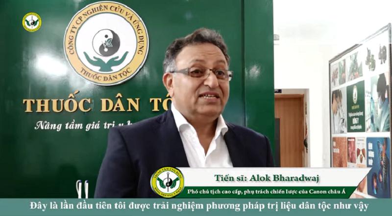 Tiến sĩ Alok rất hài lòng với phương pháp điều trị nhờ YHCT
