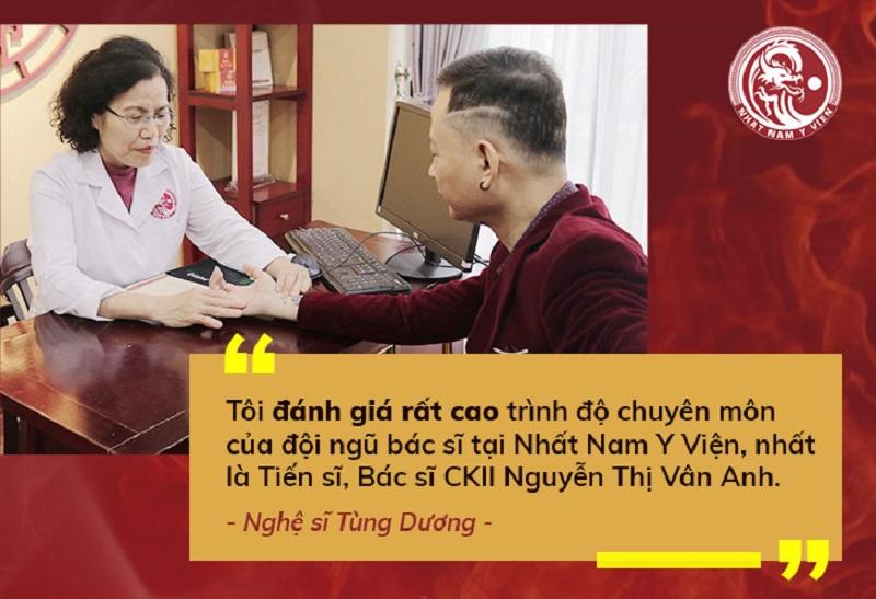 Bác sĩ Vân Anh thăm khám cho nghệ sĩ Tùng Dương