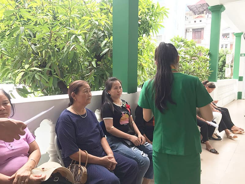 Bệnh nhân đang chờ khám viêm amidan tại Bệnh viện Quân dân 102
