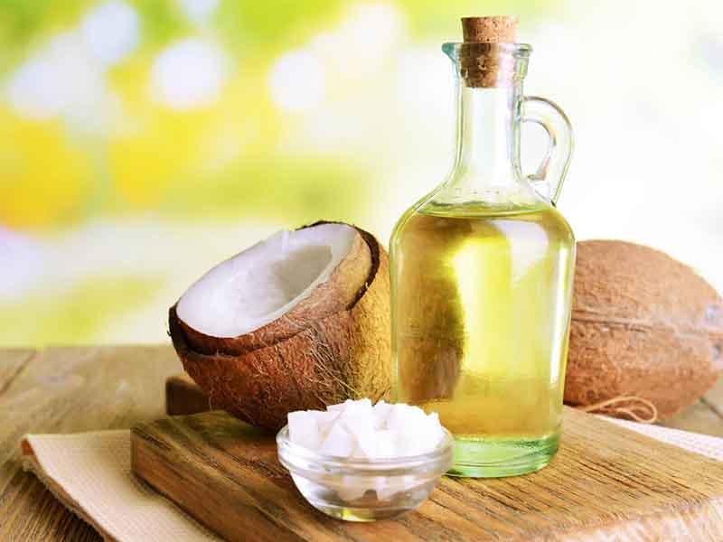 Các hoạt chất từ dầu dừa sẽ giúp các nang tóc mới hình thành chắc khoẻ hơn