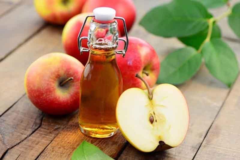 Ngoài công dụng làm sạch da đầu, sử dụng giấm táo giúp chị em giảm hàm lượng dầu tiết ra trên da đầu