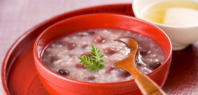 Cho bé ăn cháo đậu đỏ, râu ngô, hạt dĩ ý giúp giảm triệu chứng chàm rất tốt