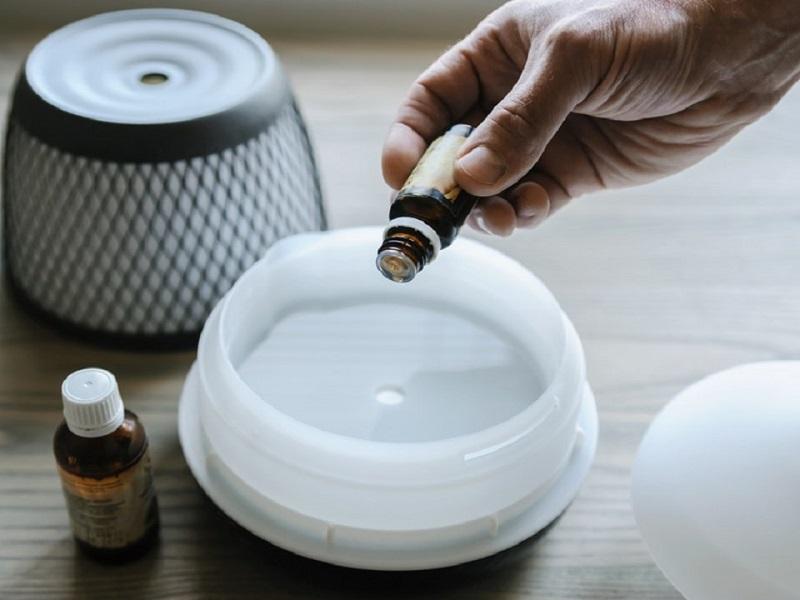 Để trị ho bằng dầu tràm, bạn cũng có thể sử dụng máy khuếch tán tinh dầu