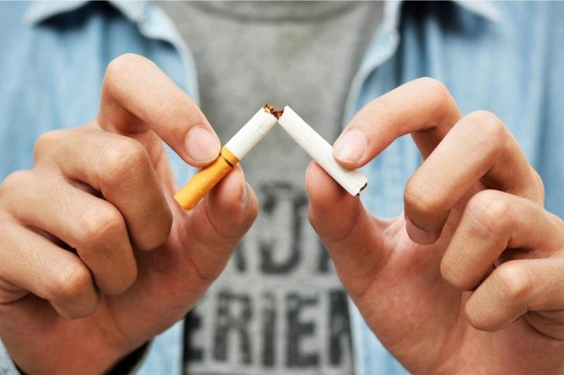 Khi bị ho không nên hút thuốc lá.