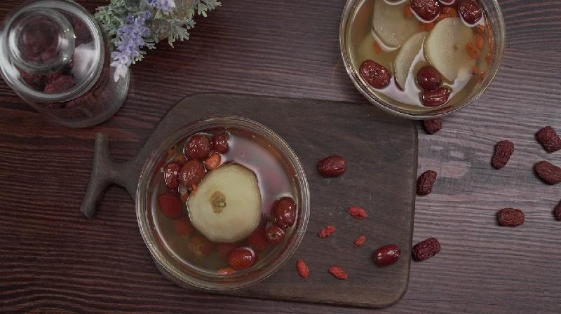Việc thêm gia vị táo đỏ sẽ giúp điều hòa các vị thuốc