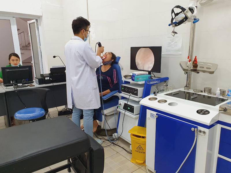 Người bệnh được tiến hành nội soi họng để xác định căn nguyên gây ho