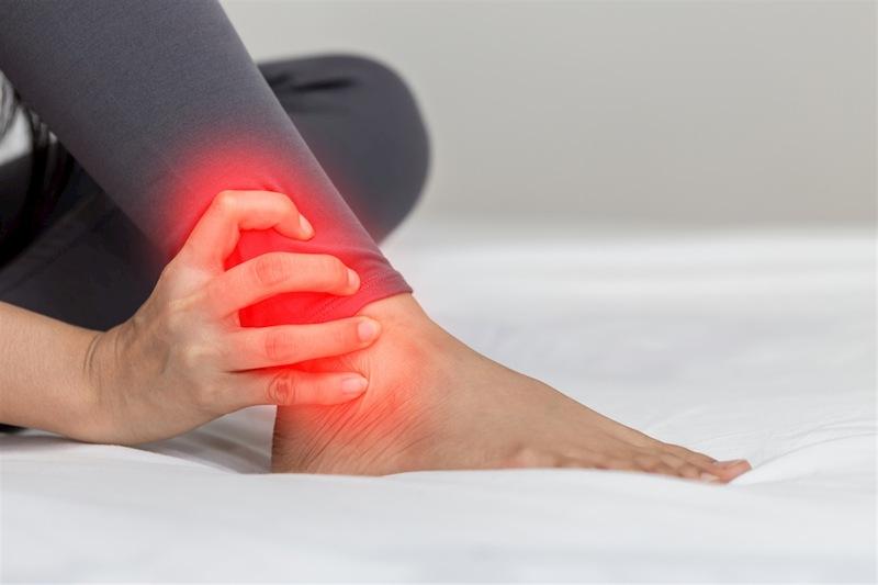 Tràn dịch khớp cổ chân gây đau nhức, khó chịu ở vị trí khớp