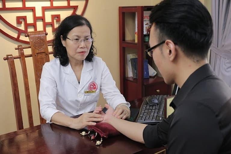 Khách hàng đến thăm khám và tư vấn bài thuốc Uy Long Đại Bổ của Nhất Nam Y Viện