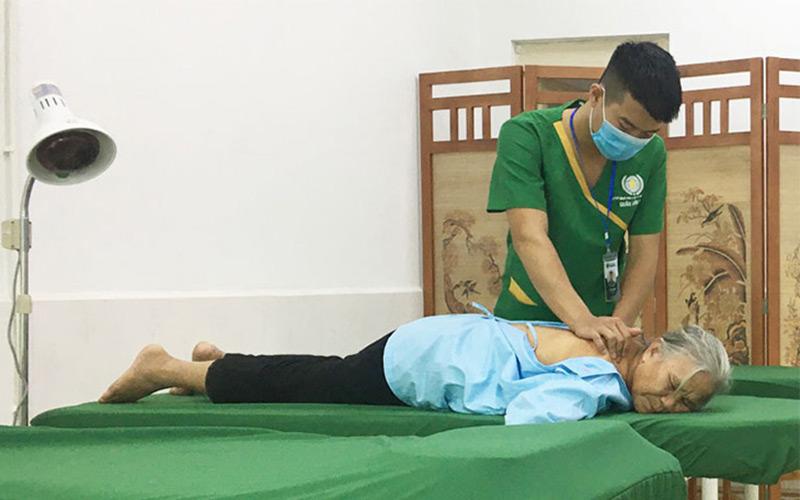 Bệnh nhân viêm đa khớp thực hiện vật lý trị liệu tại bệnh viện