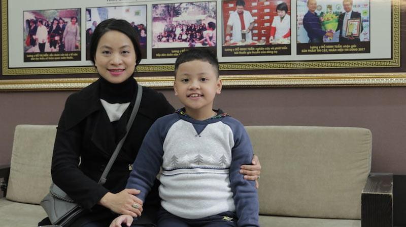 Mẹ con chị Hiền và bé Bảo Nam đến nhà thuốc Đỗ Minh Đường chữa viêm họng