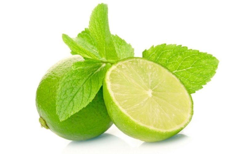 Nước cốt chanh có tính axit nhẹ giúp tái tại các tế bài da mới, loại bỏ da chết