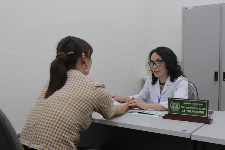 Bác sĩ Lê Phương bắt mạch chẩn bệnh bằng phương pháp YHCT
