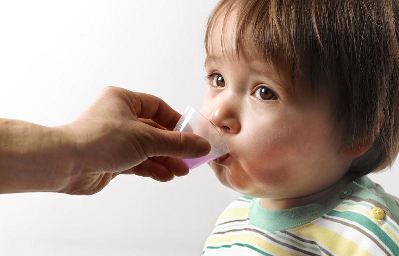 Bố mẹ có thể cho trẻ uống thuốc Tây y để điều trị bệnh