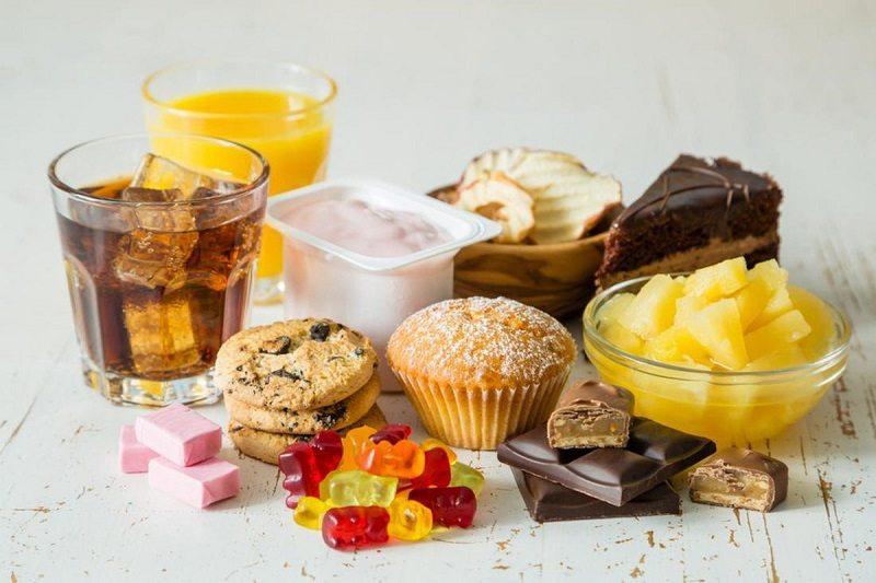 Đồ ngọt và thực phẩm chứa nhiều đường người bệnh nên hạn chế ăn