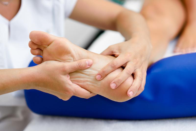 Xoa bóp nhẹ nhàng sẽ giúp người bệnh giảm đau và sưng nhanh chóng