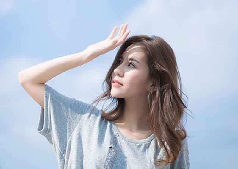 Lựa chọn kem chống nắng phù hợp cũng là một biện pháp giúp da hạn chế tiết dầu