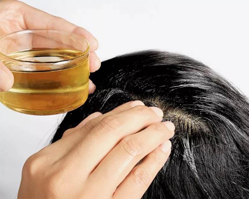 Dầu oliu sẽ giúp bạn làm mềm những vùng da đầu bị đóng gàu quá dày