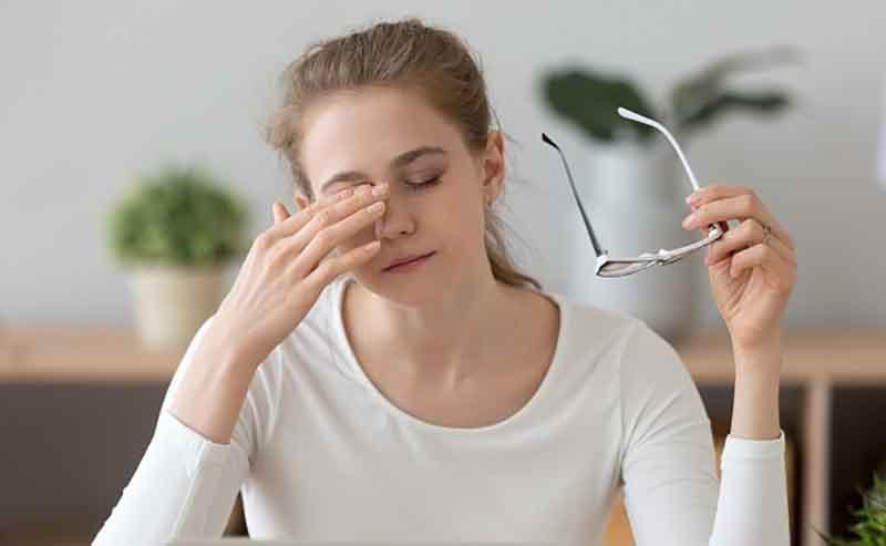 Khi mắt thường xuyên tiếp xúc với ánh sáng xanh cũng gây ra tình trạng đau đầu