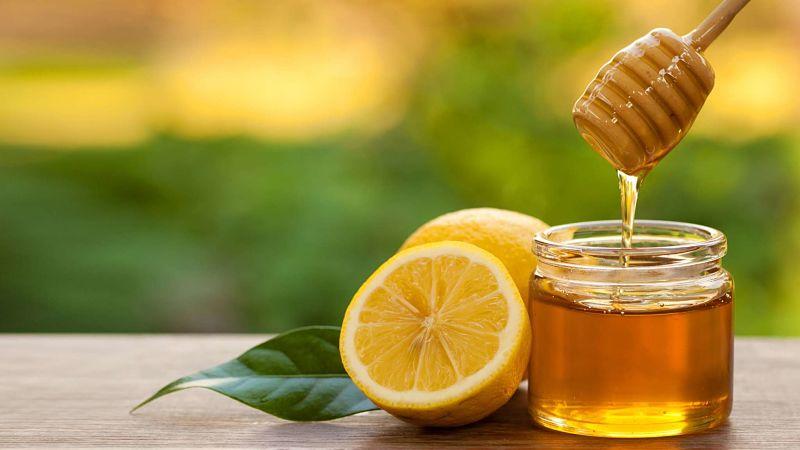 Bạn có thể kết hợp mật ong với chanh, quất chữa khàn tiếng