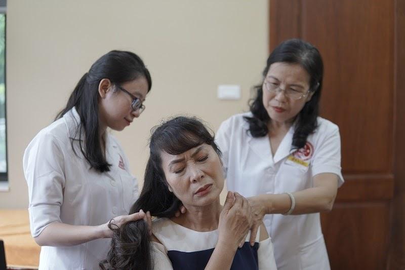 Diễn viên Thùy Liên được bác sĩ Vân Anh tận tình chăm sóc điều trị sỏi mật