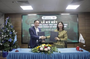 Ông Đàm Đức Toàn và bà Trần Thanh Hằng trao bảo ký kết