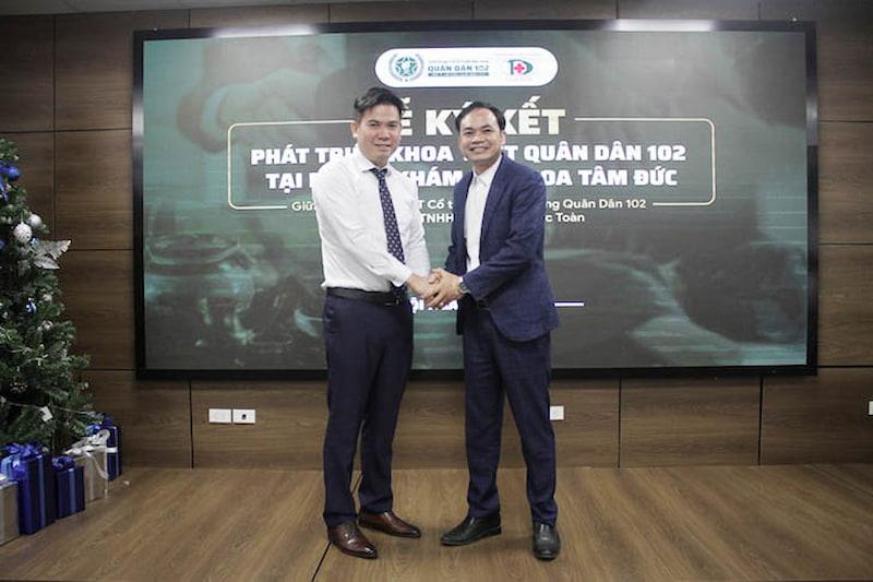 Chủ tịch HĐQT Nguyễn Văn Bằng và ông Đàm Thanh Toàn (Giám đốc Công ty TNHH Đông Dược Đức Toàn)