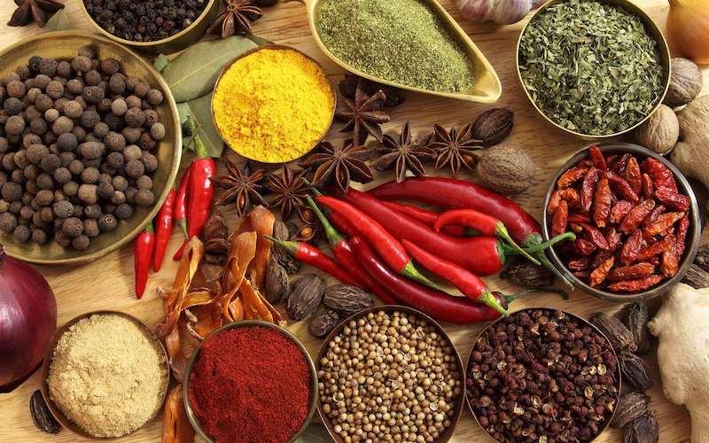 Các gia vị cay nóng khiến dạ dày bị kích thích dẫn đến bệnh nặng hơn