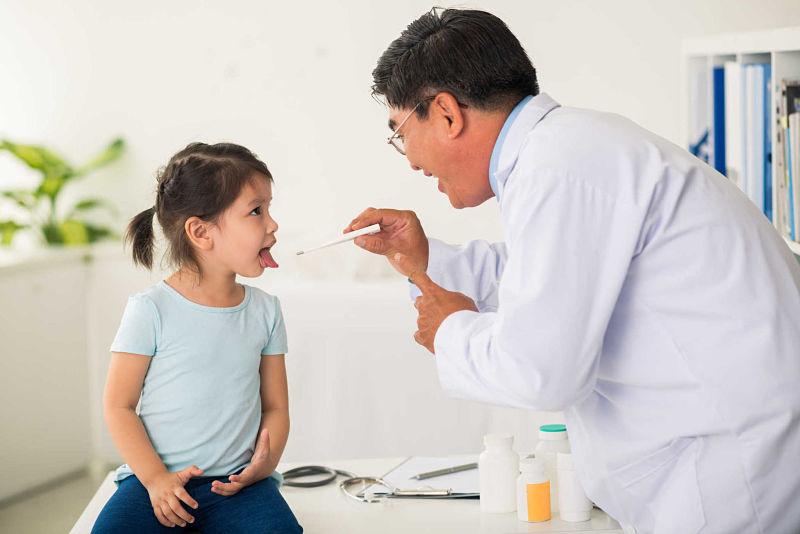 Bố mẹ nên đưa trẻ đến bác sĩ chuyên khoa để điều trị bệnh