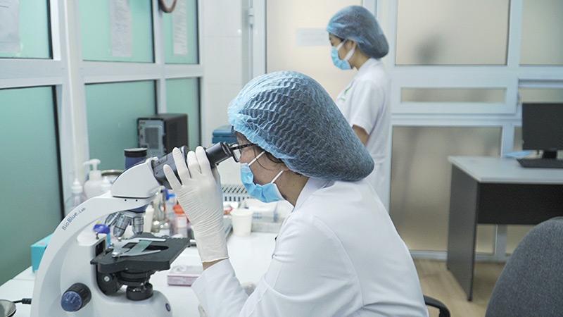 Bác sĩ lê Phương trong phòng nghiên cứu thuốc