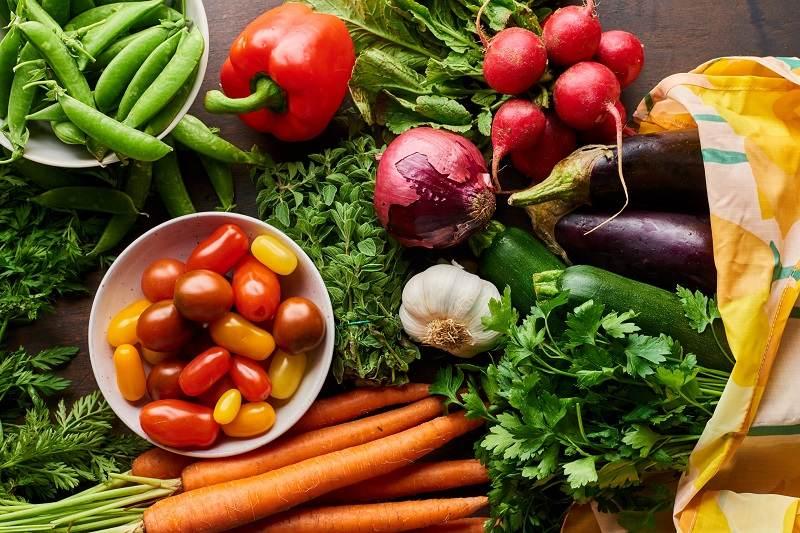 Bé nên ăn nhiều rau xanh để cải thiện tình trạng bệnh