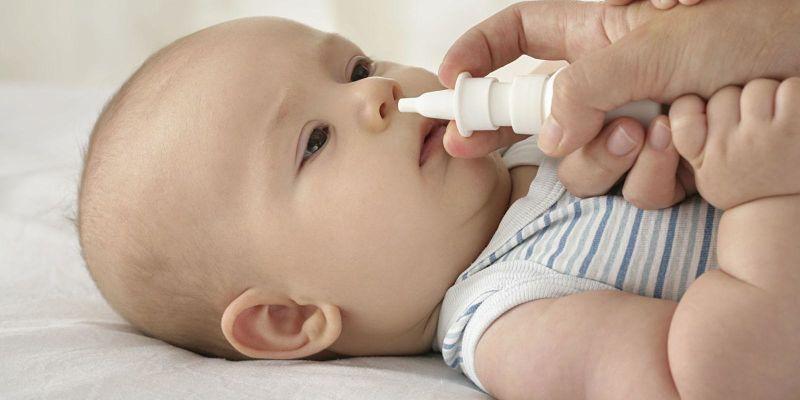 Rửa mũi bằng nước muối sẽ làm sạch mũi, giảm ho và thông thoáng đường thở cho bé