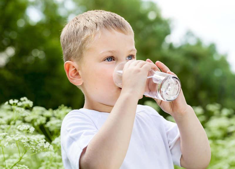 Uống nước ấm là cách trị ho sổ mũi đơn giản cho trẻ tại nhà