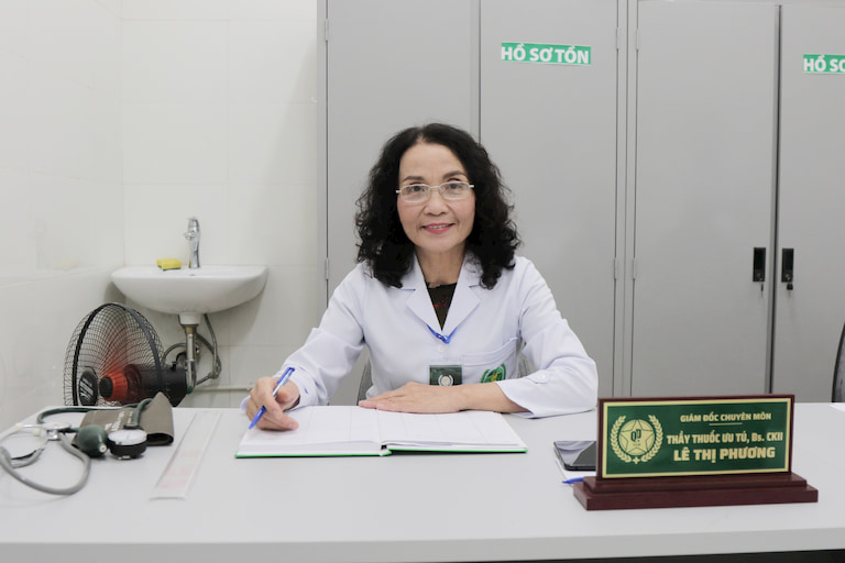 Bác sĩ Lê Phương có hơn 40 năm kinh nghiệm trong khám, chữa mề đay