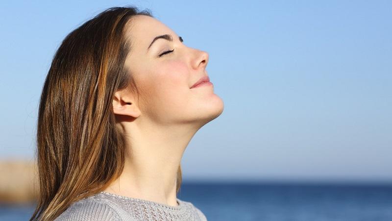Bạn nên hít thở sâu để giúp cải thiện chứng ù tai