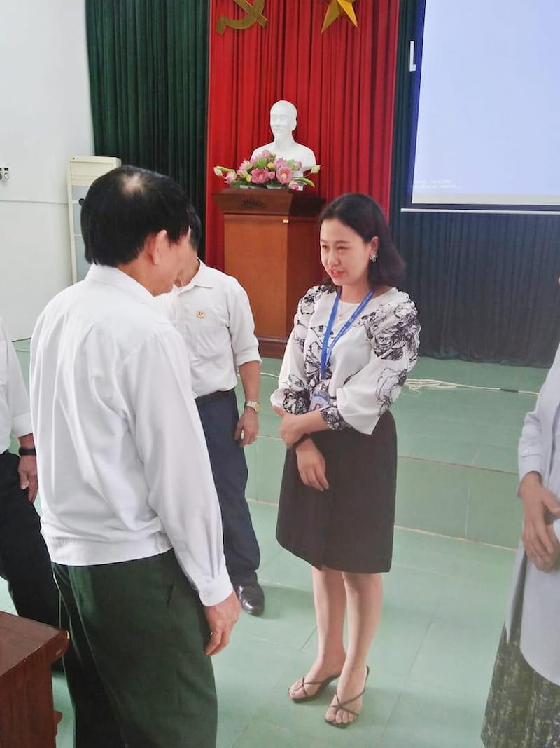 Bà Đinh Thị Kim Thoa trò chuyện với các cán bộ hưu trí Hội Cựu chiến binh Thị xã Mỹ Hào, tỉnh Hưng Yên