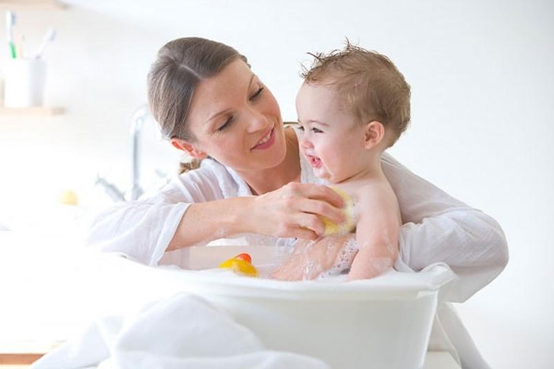 Trẻ bị ho sổ mũi có nên tắm không là vấn đề mà rất nhiều bậc cha mẹ quan tâm