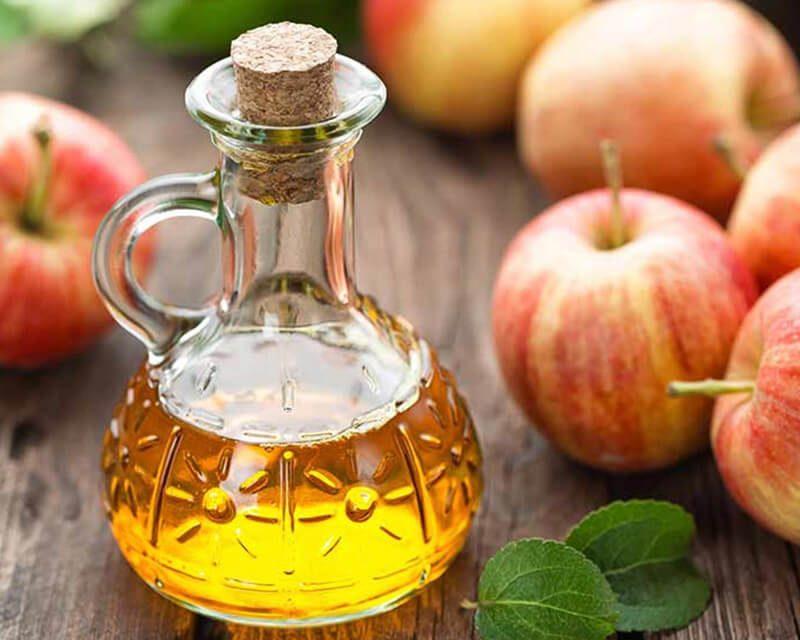 Giấm táo chứa rất nhiều axit, cùng các vitamin tốt trong điều trị thâm mụn
