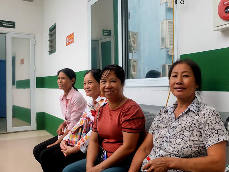 Cô Bình và cô Lan Anh (từ phải qua trái) ngồi chờ khám